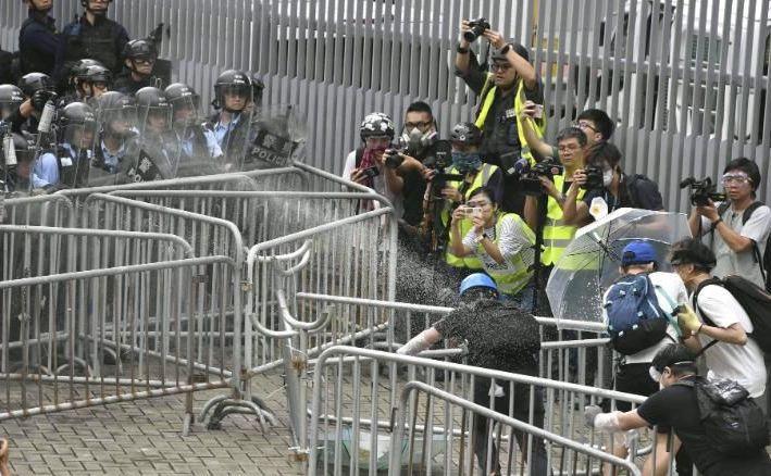 Poliţia foloseşte gaze lacrimogene împotriva manifestanţilor în apropierea Consiliului Legislativ din Hong Kong, 12 iunie 2019