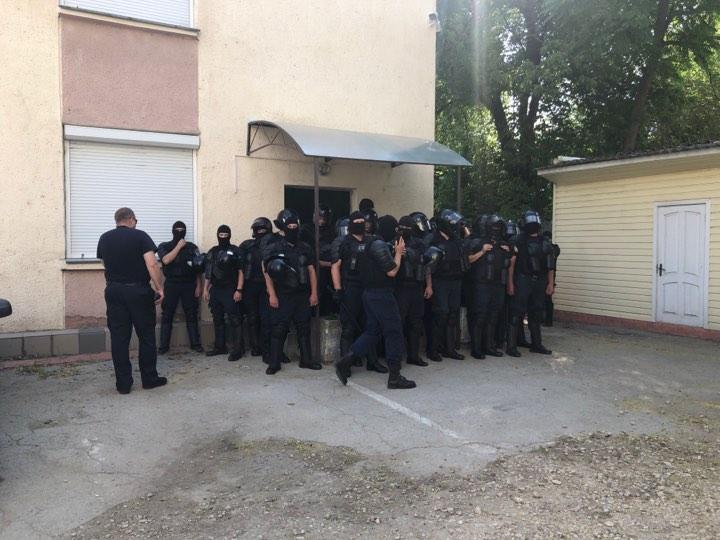 Mascaţi în faţa Direcţiei nr. 6 a Inspectoratului Naţional de Investigaţii unde activează poliţiştii demişi
