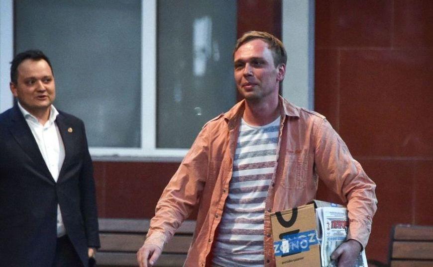 Jurnalistul rus Ivan Golunov (dr) iese din biroul Departamentului de Investigaţii al Rusiei, în Moscova, 11 iunie 2019
