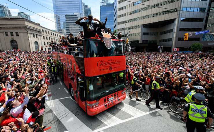 Sute de mii de persoane pe străzile din Toronto la parada echipei Raptors, campioana NBA.