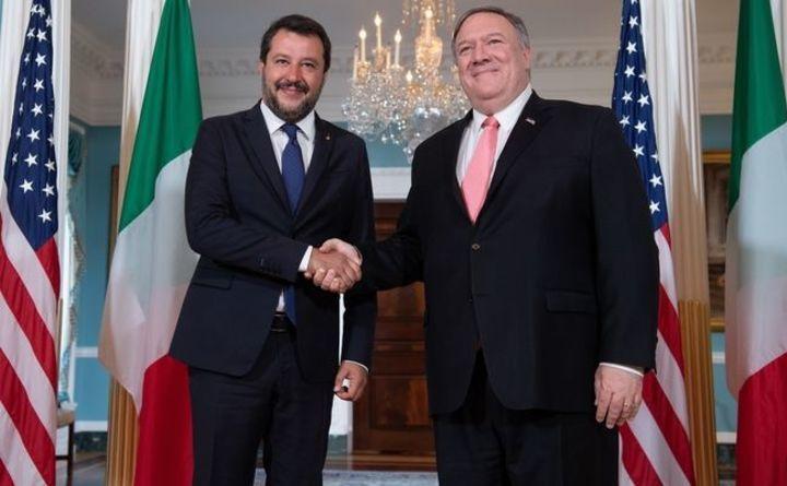 Secretarul de stat american Mike Pompeo (dr) alături de vicepremierul italian Matteo Salvini înaintea discuţiilor lor la Departamentul de Stat din Washington, DC, 17 iunie 2019