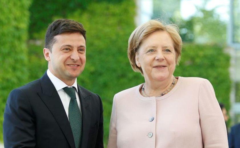 Cancelarul german Angela Merkel îl întâmpină pe liderul ucrainean Vladimir Zelenski la sosirea acestuia la sediul Cancelariei din Berlin, 18 iunie 2019
