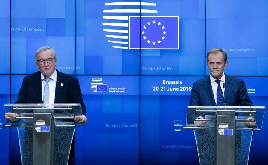 Preşedintele Comisiei Europene, Jean-Claude Juncker (st) şi preşedintele Consiliului European, Donald Tusk participă la o conferinţă de presă dupa prima zi a unui summit UE desfăşurat la Bruxelles în perioada 20-21 iunie 2019