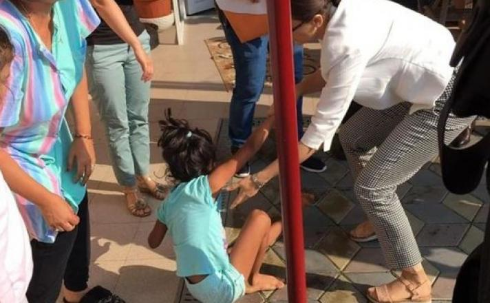 Cazul fetiţei luate cu poliţie de acasă pentru merge în adopţie unei familii româno-americane