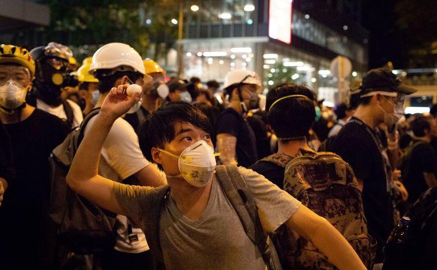 Un manifestant aruncă un ou către sediul poliţiei din Hong Kong în timpul unui protest, 21 iunie 2019