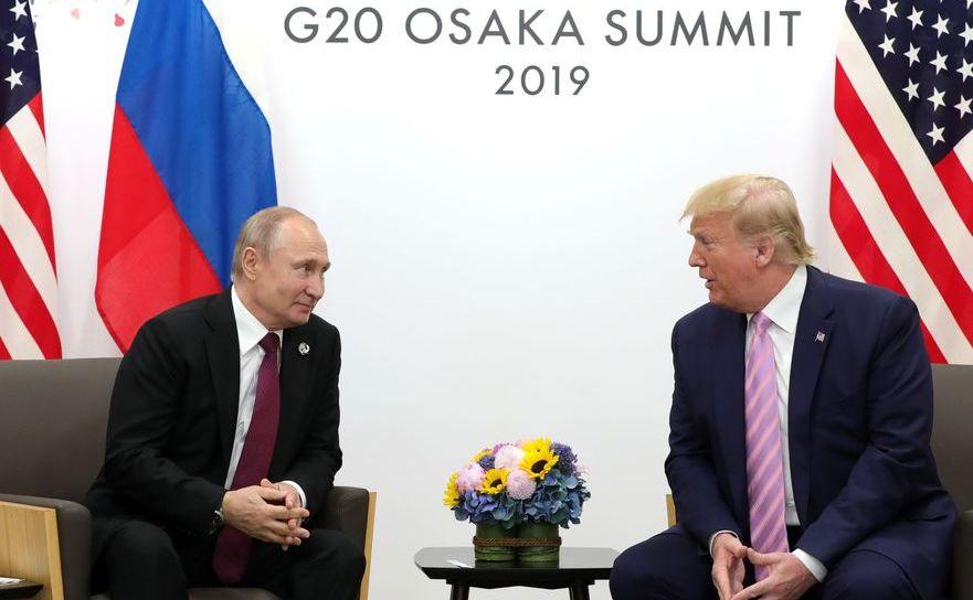 Preşedintele american Donald Trump (dr) şi omologul său rus Vladimir Putin la summitul G20 din Osaka, Japonia, 28 iunie 2019