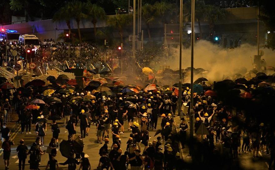 Poliţia trage cu gaze lacrimogene în protestatarii din Hong Kong, 2 uilie 2019
