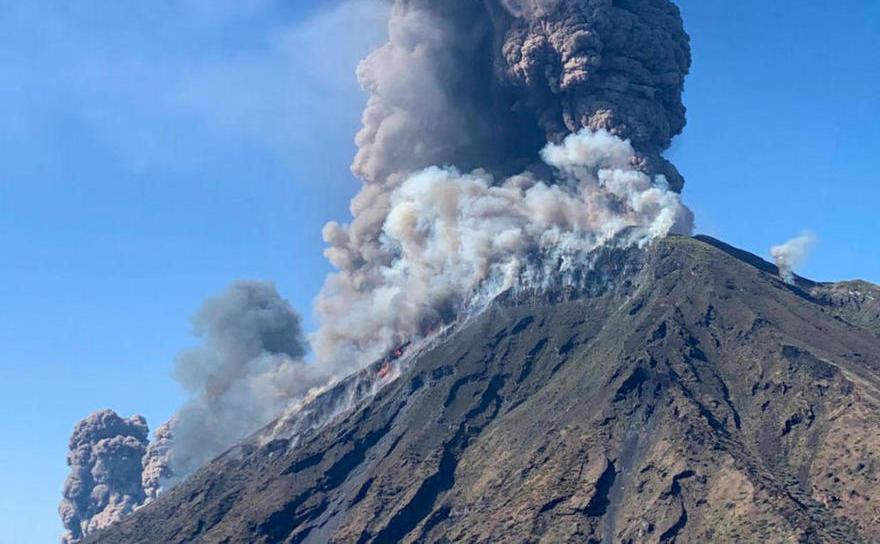 Scenă din timpul erupţiei vulcanului Stromboli, 3 iulie 2019