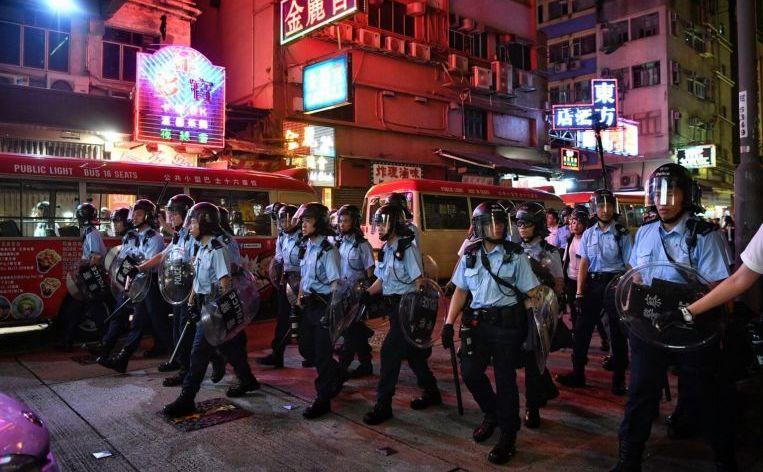 Poliţişti în zona Mong Kok a Hong Kong-ului, în 7 iulie 2019