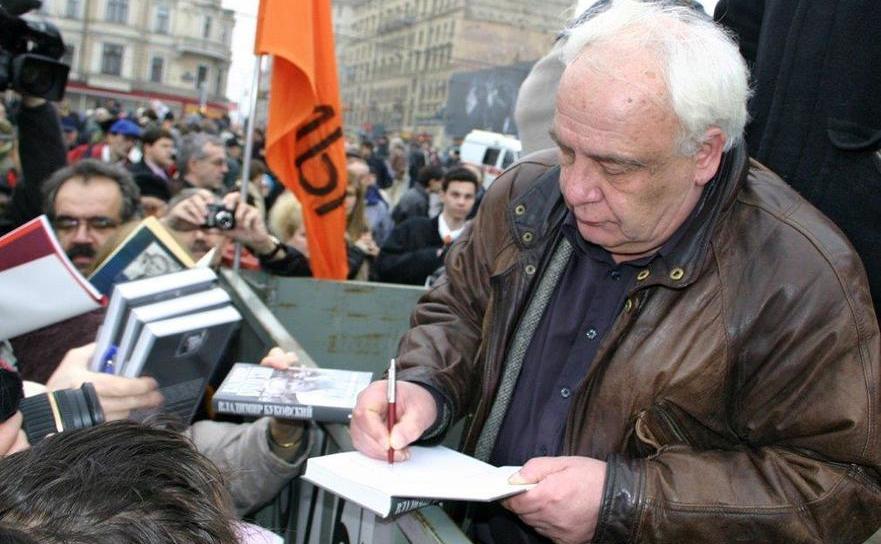 Vladimir Bukovski dând autografe în faţa Centrului Sakharov în Moscova, 2007