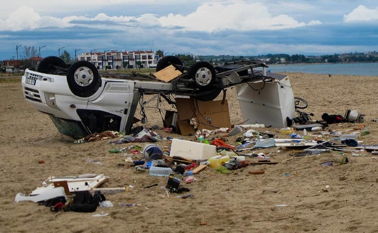 Un automobil răsturnat pe o plajă din satul Sozopoli, în regiunea Halkidiki, nordul Greciei