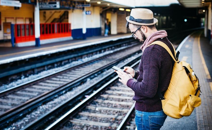 Student asteptand trenul.