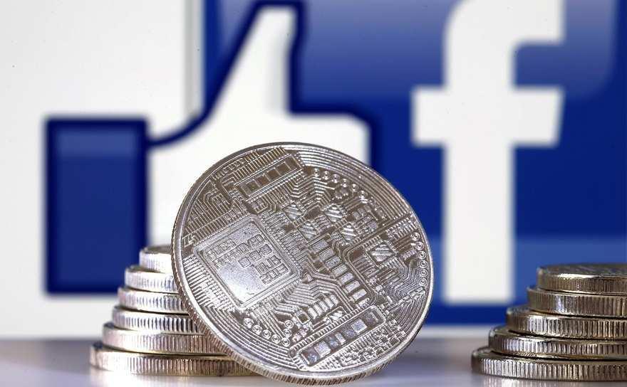 O reprezentare vizuală a unei criptomonede în faţa logo-ului Facebook