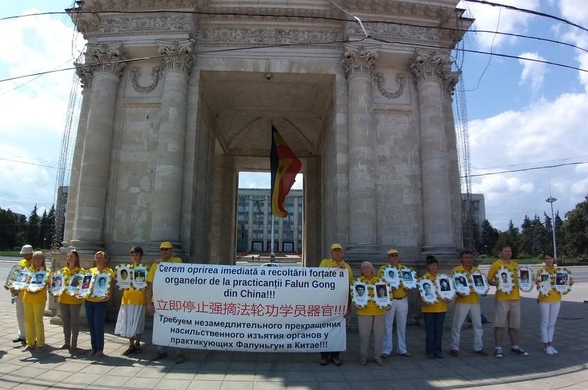 Practicanţi Falun Dafa din Moldova comemorând 20 de ani de la începutul persecuţiilor Falun Gong în China