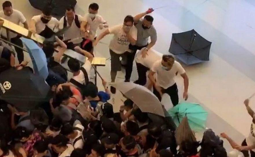 Scenă din timpul atacului la staţia de tren Yuen Long din Hong Kong, 21 iulie 2019