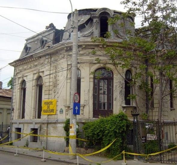 Imobilul din strada Visarion, nr.8, inainte de a fi demolat bucata cu bucata.
