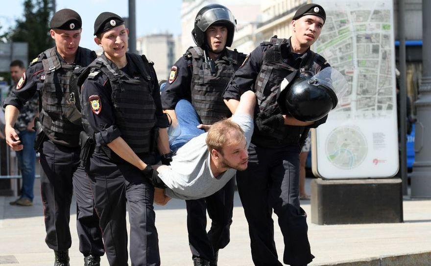 Poliţia arestează un bărbat în timpul unui protest al opoziţiei în faţa sediului Primăriei din Moscova, 27 iulie 2019