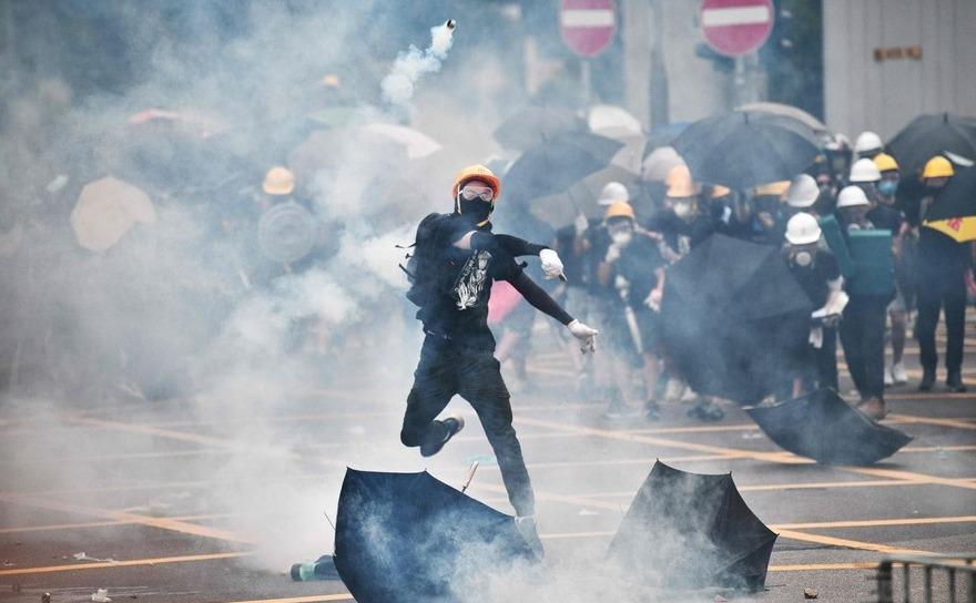 Ciocniri violente între poliţie şi manifestanţi anti-guvern în districtul Yuen Long din Hong Kong, 27 iulie 2019