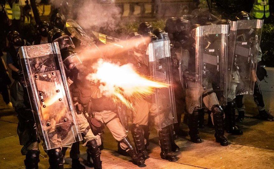 Poliţişti folosesc gaze lacrimogene împotriva manifestanţilor în Hong Kong, 28 iulie 2019