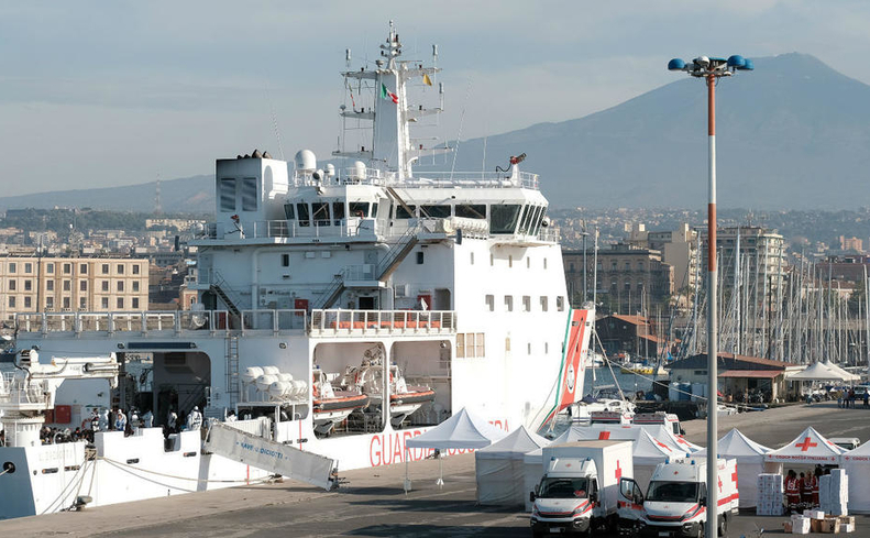 Nava Bruno Gregoretti debarcă imigranţi ȋn Sicilia