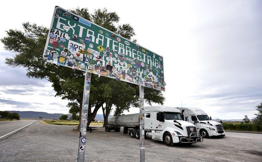 """Autostrada """"Extraterrestrial"""" acoperită de stickere pe I-375 lângă Rachel, Nevada,"""