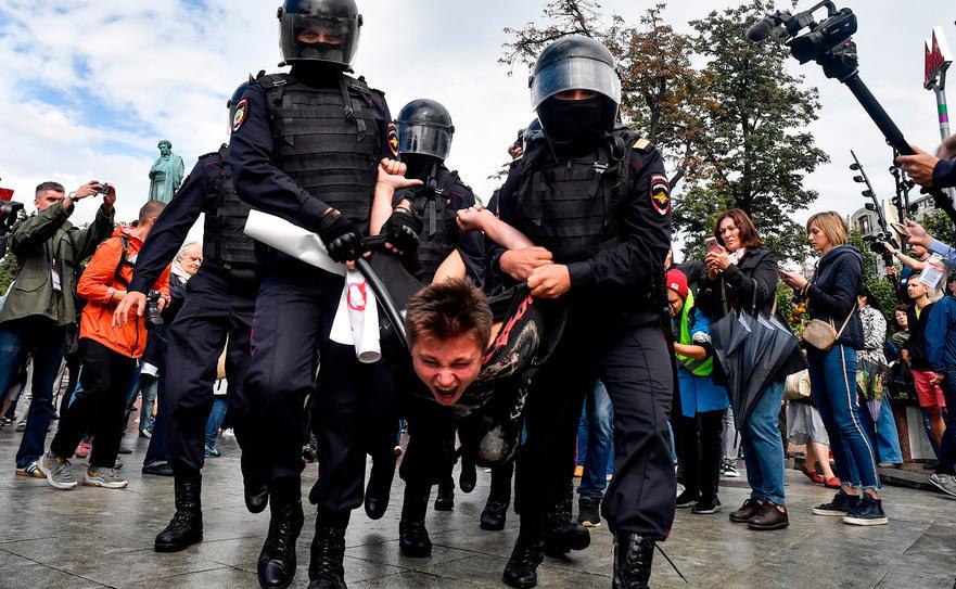 Poliţişti arestează un manifestant în Moscova, 3 august 2019