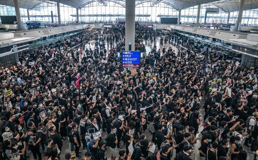 Manifestanţi  ocupă sala de plecări a Aeroportului Internaţional din Hong Kong ȋn  timpul unui protest desfăşurat ȋn 12 august 2019