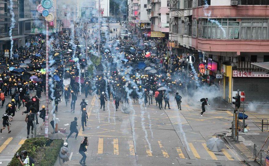 Manifestanţi pro-democraţie atacaţi cu gaze lacrimogene de către poliţie în timpul unui protest în districtul Sham Shui Po din Hong Kong, 11 august 2019