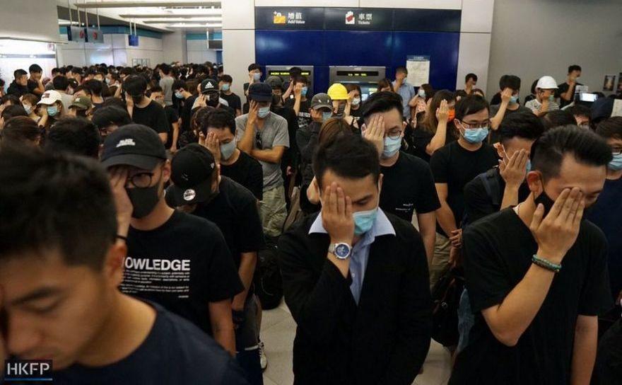 Protest în Hong Kong într-o staţie de metrou, scenă a unor atacuri ale triadelor asupra manifestanţilor cu o lună în urmă