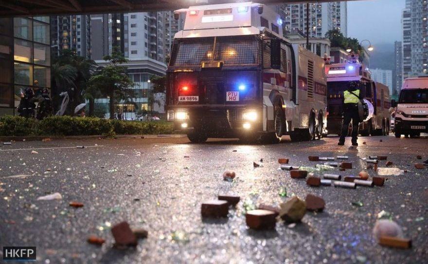 Hong Kong - poliţia scoate tunurile cu apă, trage cu gloanţe în timpul protestelor de duminică