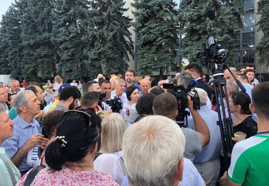 Miniştri de la Chişinău la discuţie cu cetăţenii în faţa Guvernului, 27.08.2019