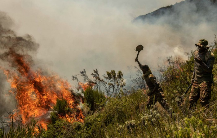 Soldaţii armatei din Kenya luptă împotriva unui incendiu