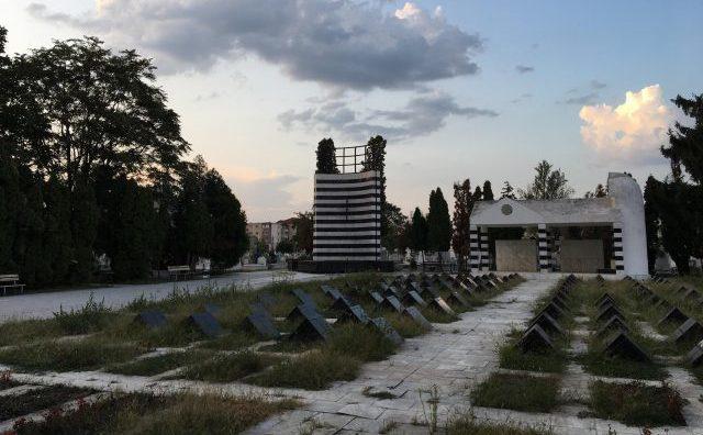 """Cimitirul Eoilor din Timisoara, napadit de buruieni si cu flacara """"eterna"""" stinsa."""