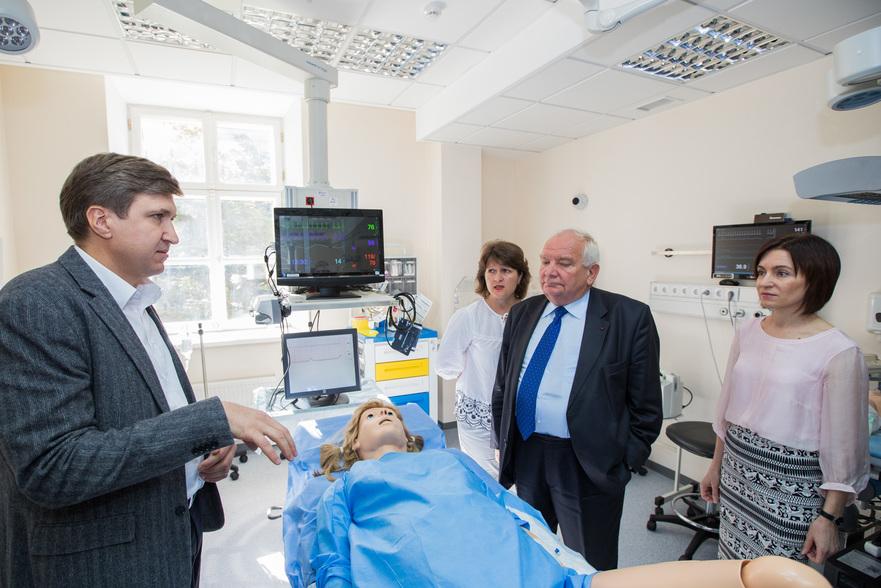 Joseph Daul şi Maia Sandu în vizită la Centrul Universitar de Simulare în Instruirea Medicală