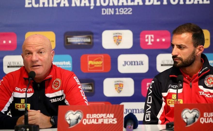 Antrenorul echipei naţionale de fotbal a Maltei, Raymond Farrugia, alături de Steve Borg, unul dintre componenţii de bază ai selecţionatei sale.