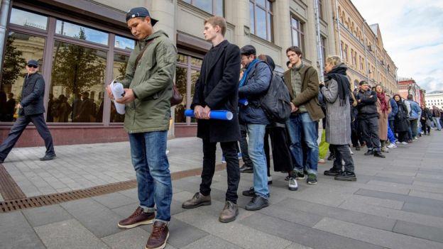 Ruşii pichetează clădirea administraţiei Kremlinului, unu câte unu, pentru a protesta împotriva condamnării actorului Pavel Ustinov la 3,5 ani de închisoare în urma demonstraţiilor din vară