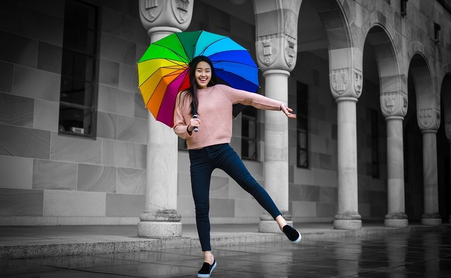 Dansând cu o umbrelă