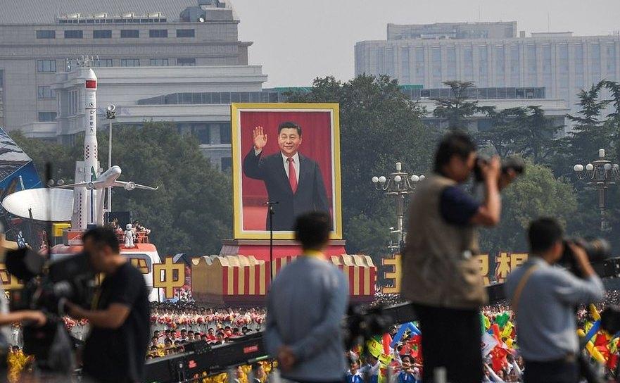 """Tablouri cu """"tovarăşul Xi Jinping"""" în mijlocul paradei comuniste, 30 septembrie 2019, Beijing"""