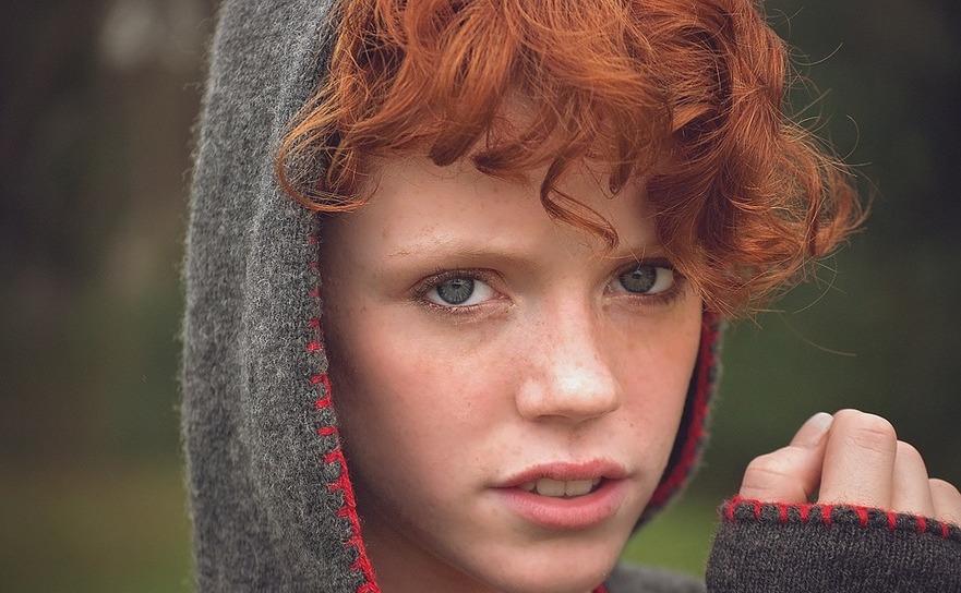 Fată cu părul roşcat