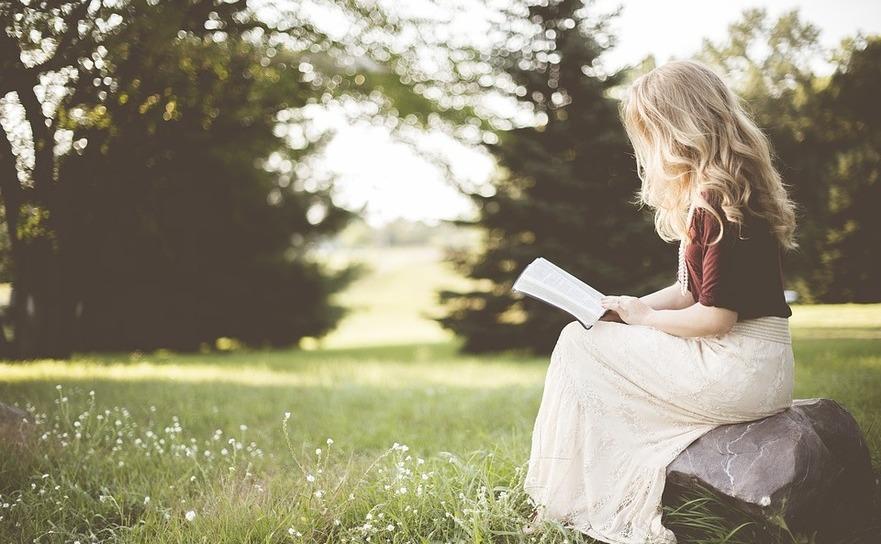 Fată citind
