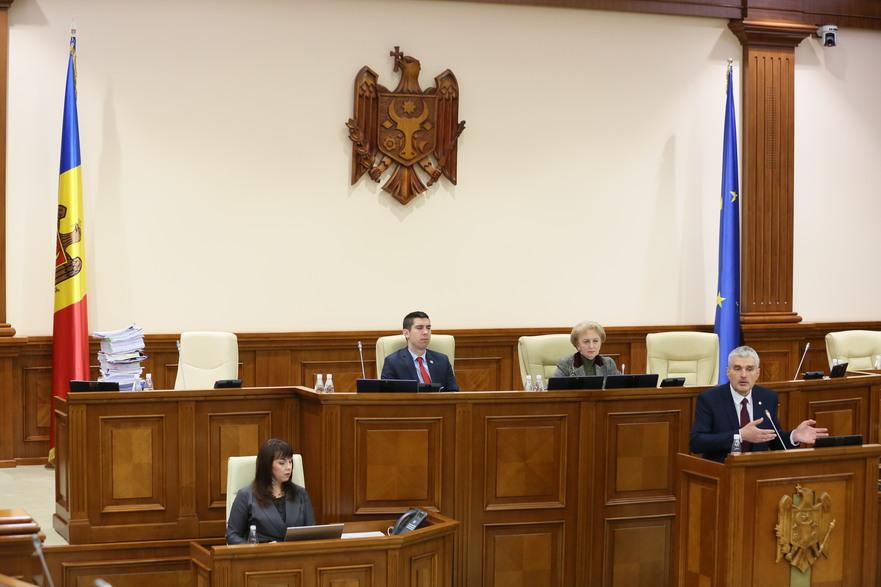 Alexandr Slusari prezintă Parlamentului raportul privind devalizarea sistemului bancar moldovenesc