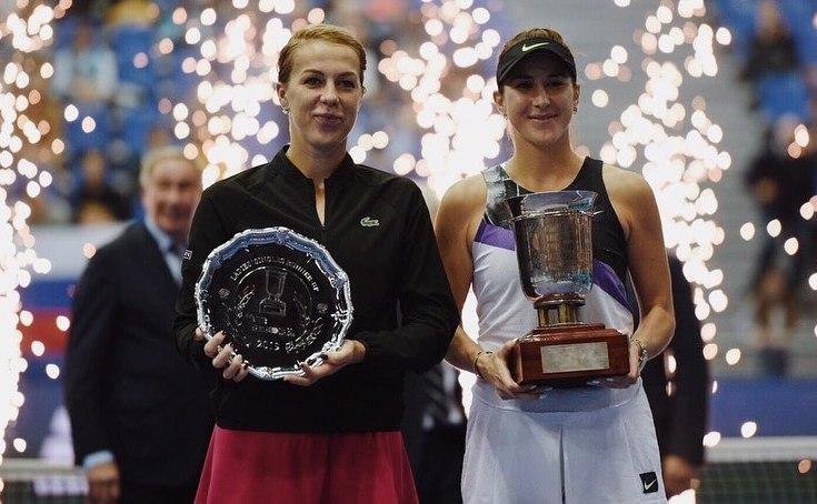 Jucătoarea elveţiană Belinda Bencic şi rusoaica Anastasia Pavliucenkova, finalistele turneului WTA Kremlin Cup.
