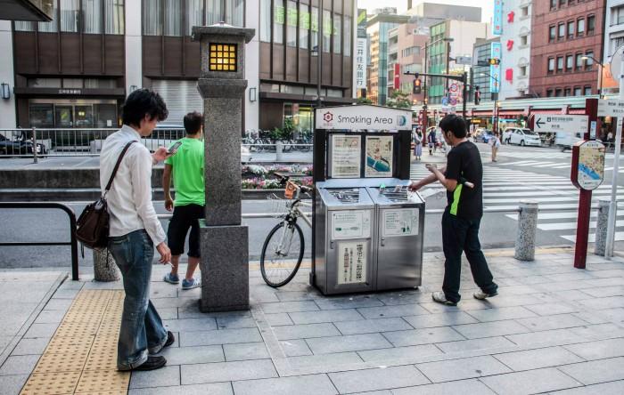 Oraşul Tokyo este atât de curat încât are chiar spaţii aperte dedicate fumatului