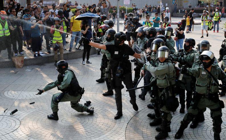 Ciocniri violente între manifestanţi şi poliţie în districtul turistic Tsim Sha Tsui din Hong Kong, 27 octombrie 2019