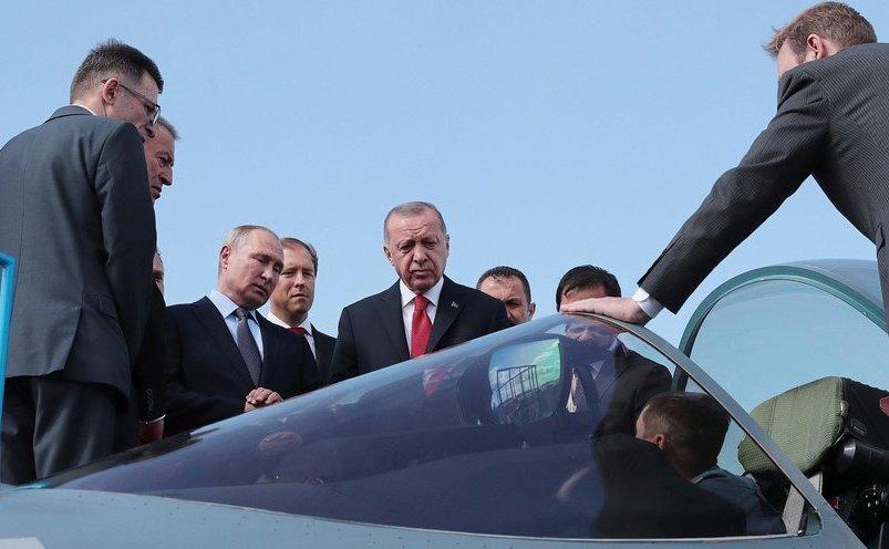 Preşedintele turc Recep Erdogan, inspectând un avion Su-57 la show-ul aviatic de la Moscova
