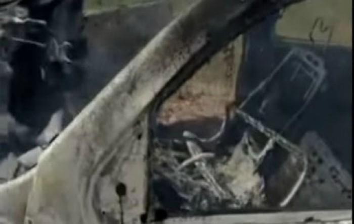 Un cadru al clipului video care arată maşina carbonizată, publicat de o rudă a victimelor