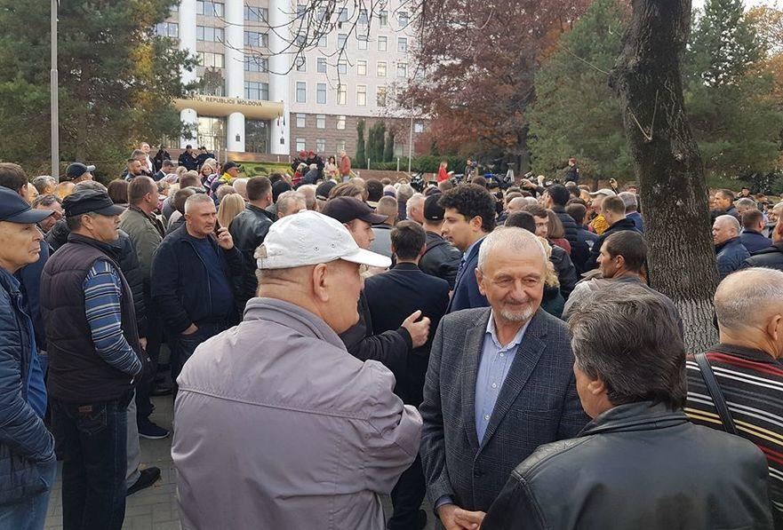 Protest la Parlamentul R. Moldova în susţinerea Guvernului Sandu