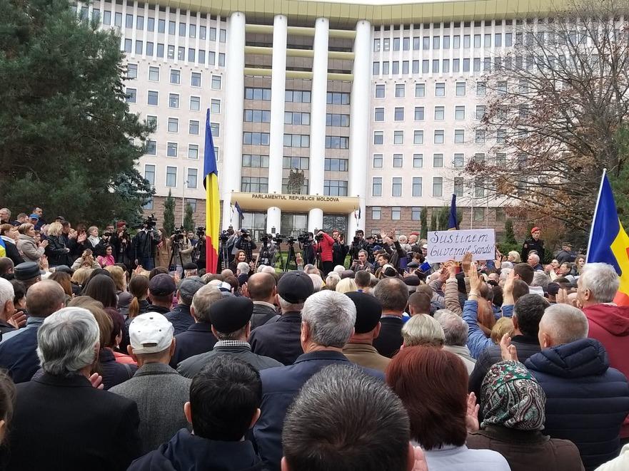 Protest la Parlament, în susţinerea Guvernului Sandu
