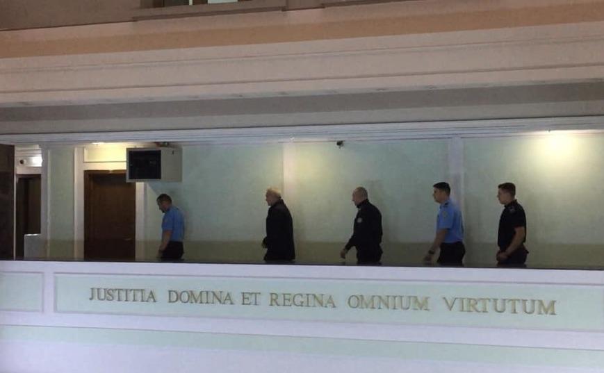 Liviu Dragnea, al doilea de la stânga la dreapta, însoţit de poliţişti la Înalta Curte, unde se judecă contestaţia sa în anulare.