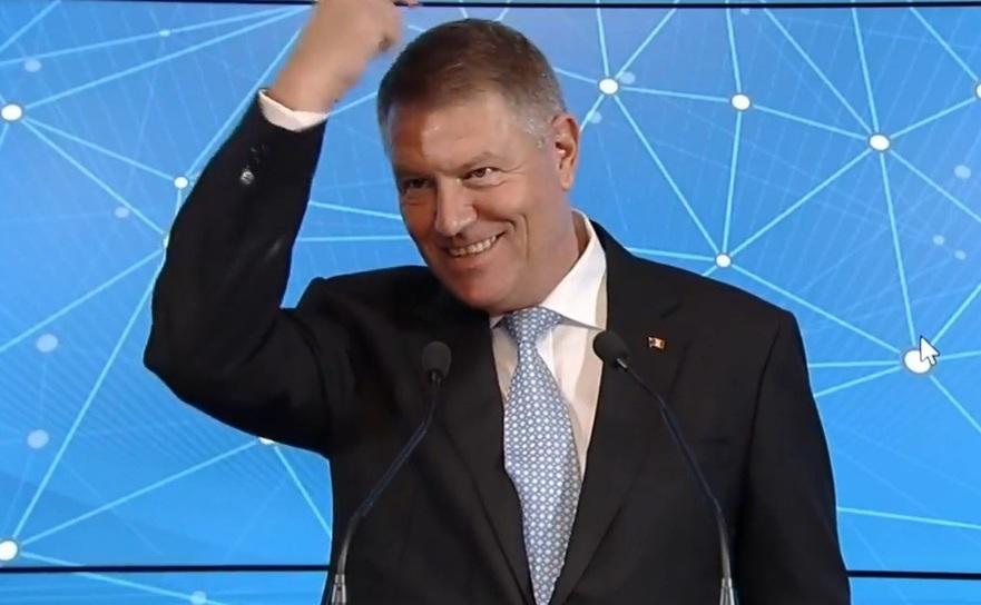 Presedintele Klaus Iohannis glumind cu presa.